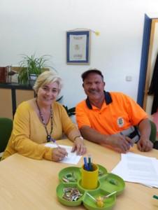 foto ali firmando el contrato